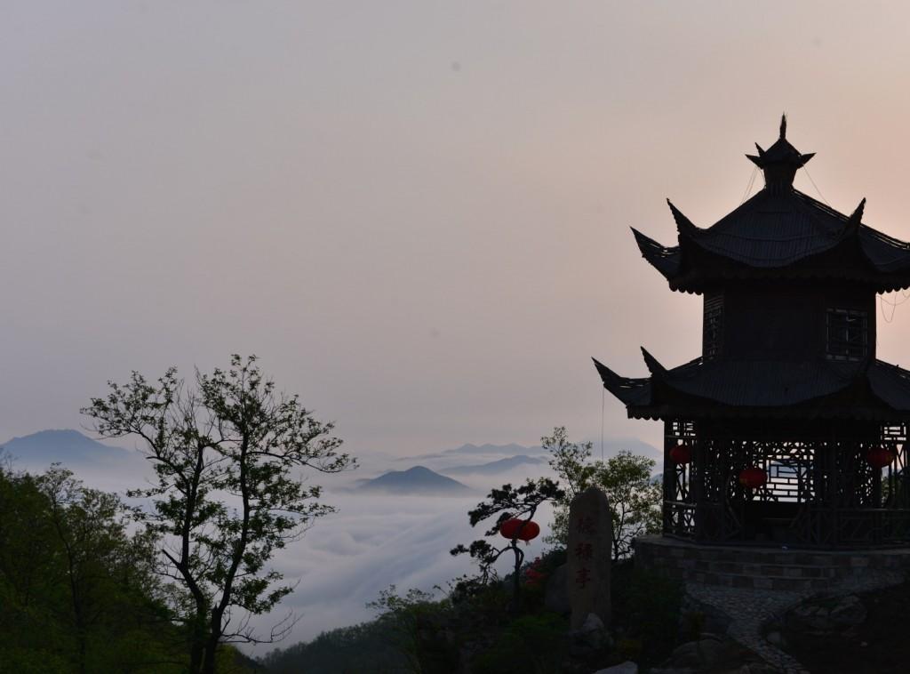 云雾缭绕下的大青山风景。
