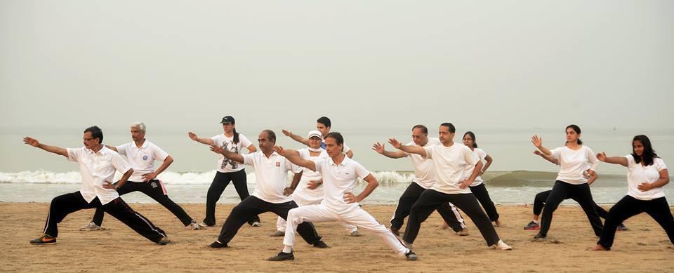 印度拳友三迪在邦达拉海边教授实用拳法。