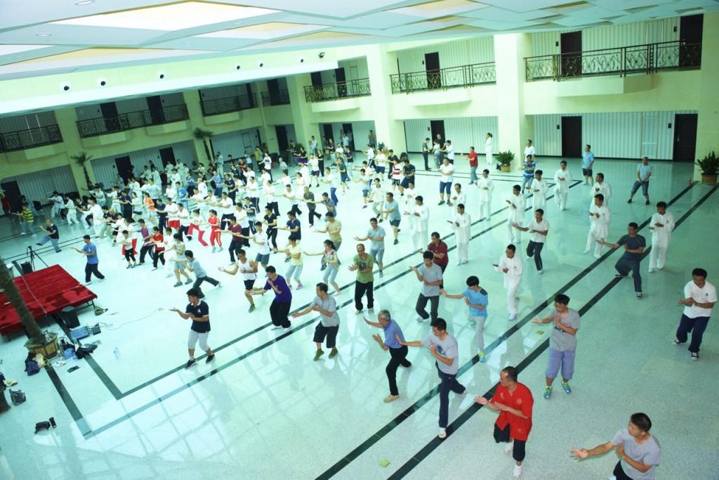 大青山同学们在国际酒店练功场练习套路。