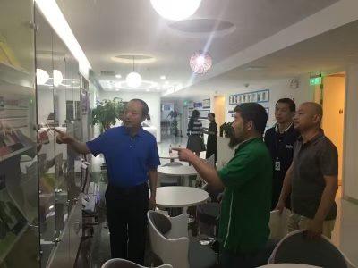 胡敏先生为陈中华老师一行介绍新航道