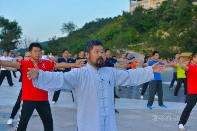 陈中华老师在第十六届大青山实用拳法讲座上教学员们混元气功。