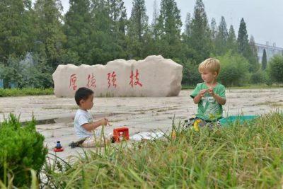 卢卡斯和陈云鹤在大青山国际太极学校