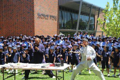 陈中华老师在澳洲佩斯吉尔佛德学校传授实用拳法。