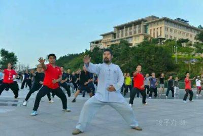 陈中华老师在大青山带领学生练拳