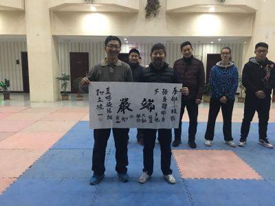 陈中华老师为赵青云颁发书法