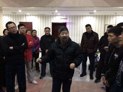 陈中华老师在晨练期间为拳友们讲拳